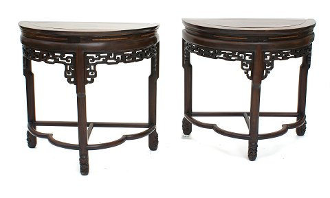 A pair of halv oval consoles. Manufactured in China, around 1900.
