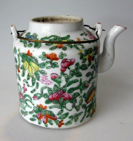 Antique Chinese tea pot in famille verte, 19th century.