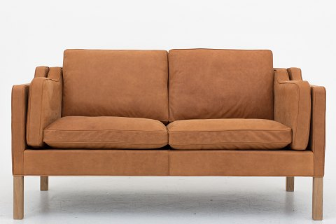 Børge Mogensen / Fredericia Furniture BM 2212 - Reupholstered 2 seater sofa in Dunes Cognac leather and legs in oak. KLASSIK offers upholstery of the BM 2212 in fabric or leather of your choice. Please contact us for more information. Availability: 6-8 weeks Renovated
