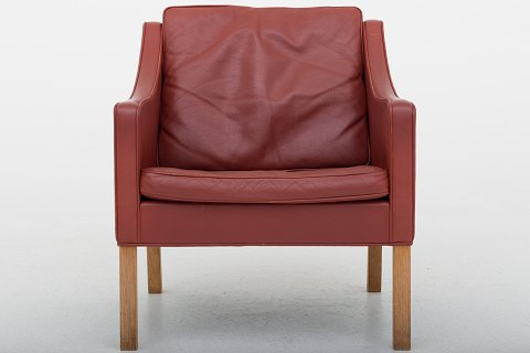 Børge Mogensen / Fredericia Stolefabrik BM 2207 - Easy chair in red leather and legs in oak 1 pc. in stock Good, used condition Location: Roxy Klassik Showroom - Jorisvej 11, 2300 KBH. S.