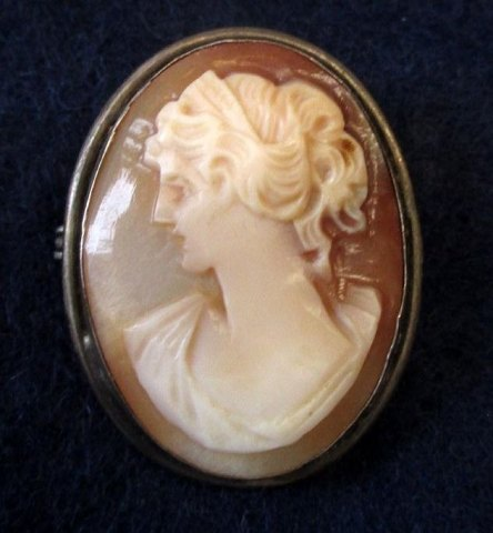 Antique camè as a brooch / pendant with woman in profile, 19th century.
