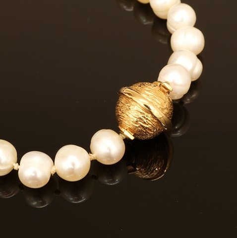 Per Borup: Pearl necklace with 14kt gold snap. D: 11mm
