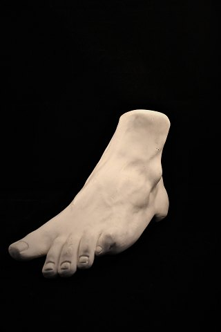 LARGE , decorative molding of foot in plaster. Measures: H: 22cm. L: 35cm.
