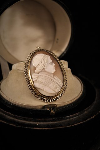 Old 1800 century kamé pendant with portrait of Catholic priest carved in Konkylie and embossed in silver.