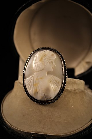 Old 1800 century kamé brooch with woman portrait carved in Konkylie and embossed in silver.