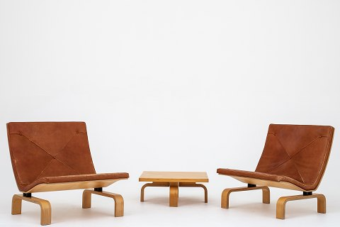 Poul Kjærholm / E. Kold Christensen PK 27 - Set of 2 easy chairs and 1 coffee table w. special measurements. The set is made in maple and w. original, patinated cognac leather. Designed in 1971. 3 set in stock Original condition Location: KLASSIK Flagship Store - Bredgade 3, 1260 KBH. K.