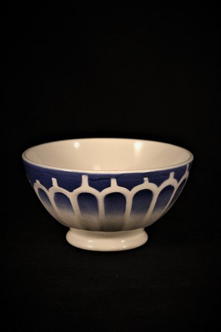 Old French café latté bowl / bol in earthenware with fine patina. H: 7cm. dia.:14cm.