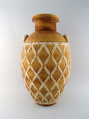 Gunnar Nylund for Rörstrand / Rorstrand. Colossal unique floor vase with geometric pattern in glazed stoneware. Beautiful glaze in light earth tones. Early unique piece from the 1940's in museum quality.