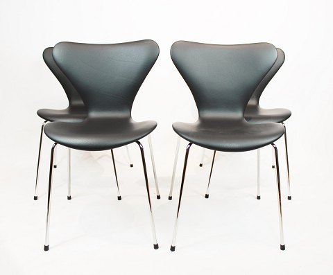A set of 4 Seven chairs, model 3107, designed by Arne Jacobsen and manufactured by Fritz Hansen. 5000m2 showroom.
