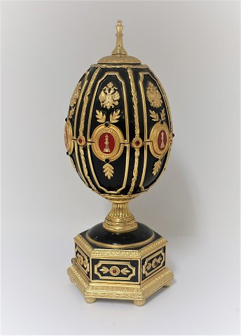 House of Faberge. The Imperial Egg Chess Set. Gold plated. Height 20.5 cm. Inside the egg there is a chessboard and in the drawer there are chess pieces. Produced by Franklin Mint.