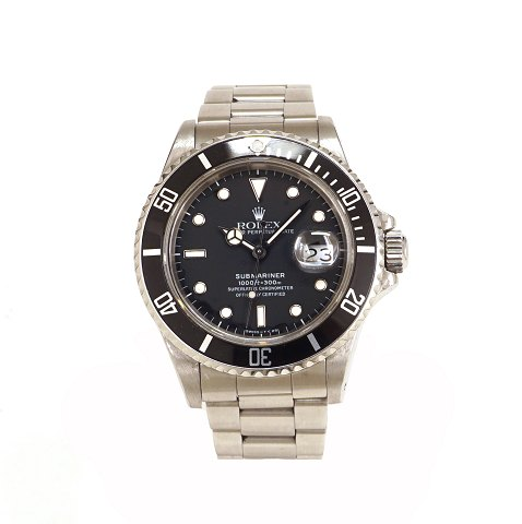 A Rolex Submariner ref. 16800. Year 1988. D: 40mm. With box and papers